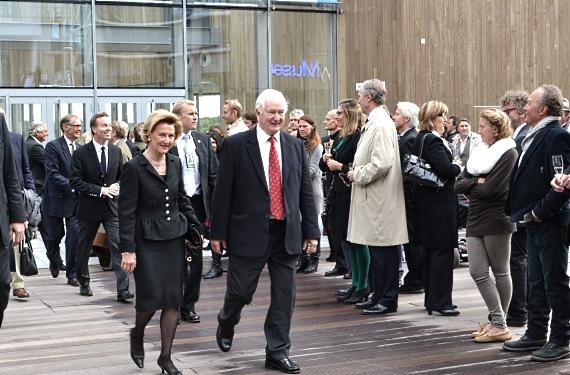 Dronning Sonja og Hans Rasmus Astrup på vei ut fra det nye Astrup Fearnley Museet. Foto: André Gali