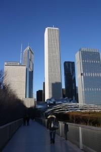 Utsikten fra broen, Nichols Bridgeway, som fører til en av inngangen til Art Institute. Herfra har du fantastisk utsikt over Millennium Park og Chicagos skyline. Foto: Siri Breistein