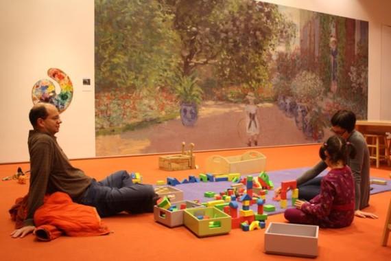 Barnefamilier finner sammen i barneavdelingens besøksrom. Her går timene unna med pcstasjoner, byggeklosser, puslespill og bøker. Foto: Siri Breistein