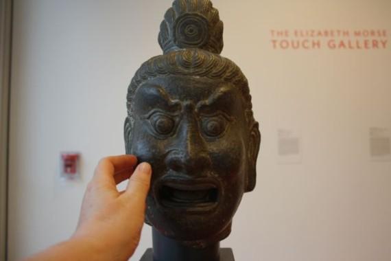"""Det er å lov å røre og komme tett på statuene i """"Touch Gallery"""". Foto: Siri Breistein"""