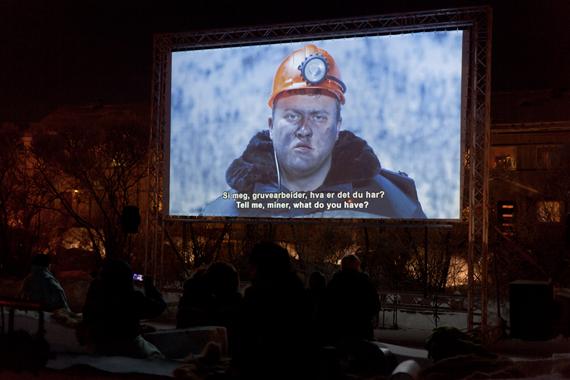 """Publikum på filmvisning av """"Border Musical"""" i 29 minusgrader."""