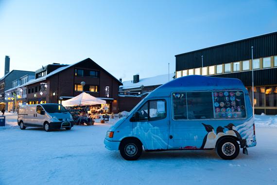 """Kjetil Berge """"Breaking the Ice""""(2013), 28 min. dokumentarfilm vist inne i isbilen stående på Kirkenes torv."""