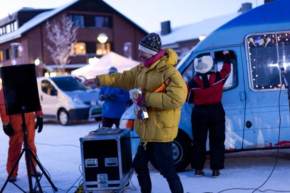 5.Kjetil Berge deler ut pinneis til publikum under åpningen i 22 grader minus.