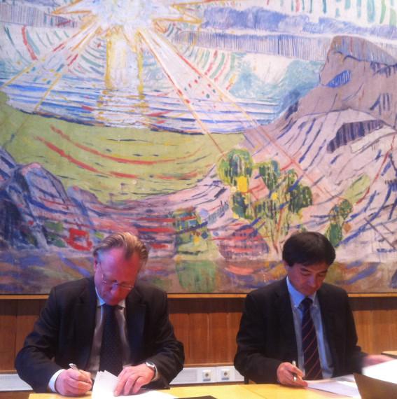 Stein Olav Henrichsen og Teruyuki Takahashi signerer ny sponsorkontrakt.