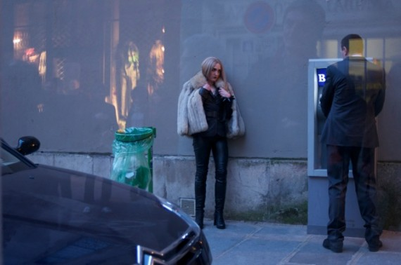 I 'Live Photo Paris' konfronteres prostituert og sjåfør i rue de Birague, Paris. Aktørar: Angélique Cavaralli og Thierry Stein. Foto: Sandie Carol Dougnac