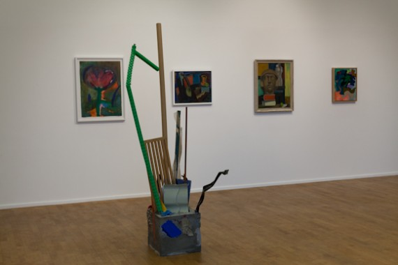 Oversiktsbilde med Ida Ekblads skulptur 'Uten tittel' (2013) sement, stål, tre, kartong, glass og plastikk.
