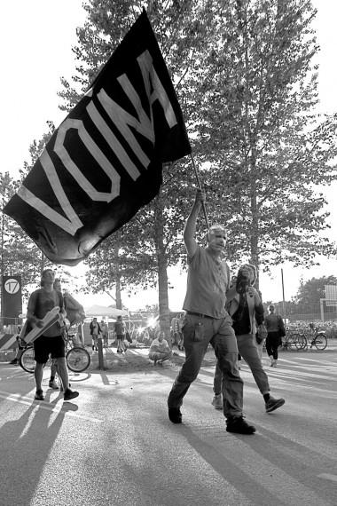 """""""Fuck Hypocrisy"""". Voina forlater festivalen med heist flagg. Foto: Anders Hybel Bräuner"""
