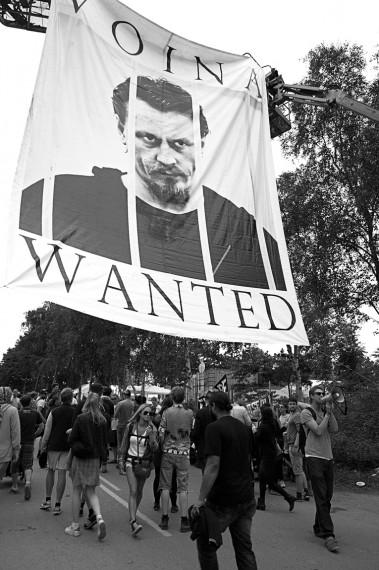 """""""Europe Sucks"""". Banner med bilde av Voinas grunnlegger, Oleg Vorotnikov. Foto: Anders Hybel Bräuner"""
