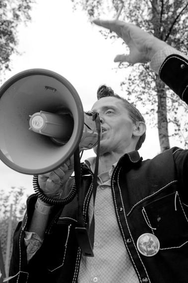 """""""Europe Sucks"""" En av Voinas danske samarbeidspartnere, Keith Thomas Lohse byr på gratis vodka. Foto: Anders Hybel Bräuner"""