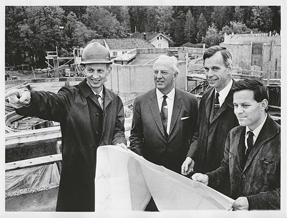 Jon Eikvar, Niels Onstad, Ole Henrik Moe og Svein-Erik Engebretsen på byggeplassen på Høvikodden 1967. Foto: Henie Onstad Kunstsenters arkiv.