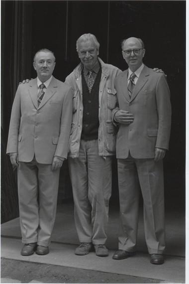 Ole Henrik Moe med Gilbert and George ca 1995. Foto: Henie Onstad Kunstsenters arkiv.