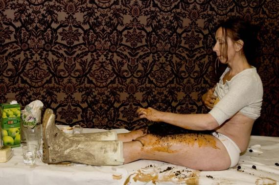 Elisabeth Mathisen, Alt er forgjengelig. Performance med brennesle, jord, mat, meitemark. Foto: Marit Anna Evanger.
