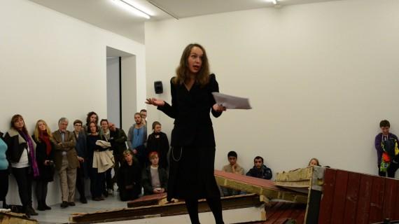 Marianne Heier, Kjære venner, 2013. Performance i installasjonen under åpningen. Foto: Marius Meli, Trondheim kunstmuseum.