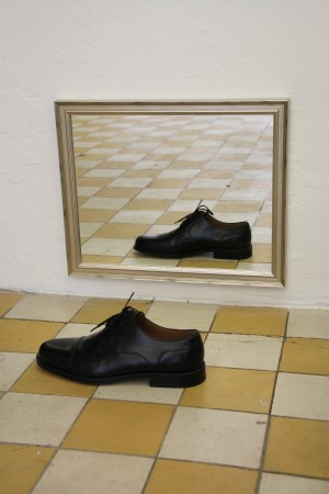 Pair, 2004. Shoe, mirror. Courtesy of: Michael Krichman & Carmen Cuenca Photo: The Living Art Museum