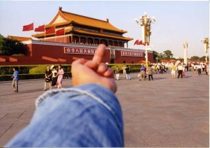Ai Weiwei, Study of Perspective, Tiananmen Square, Beijing, China, 1995. Foto: Ai Weiwei