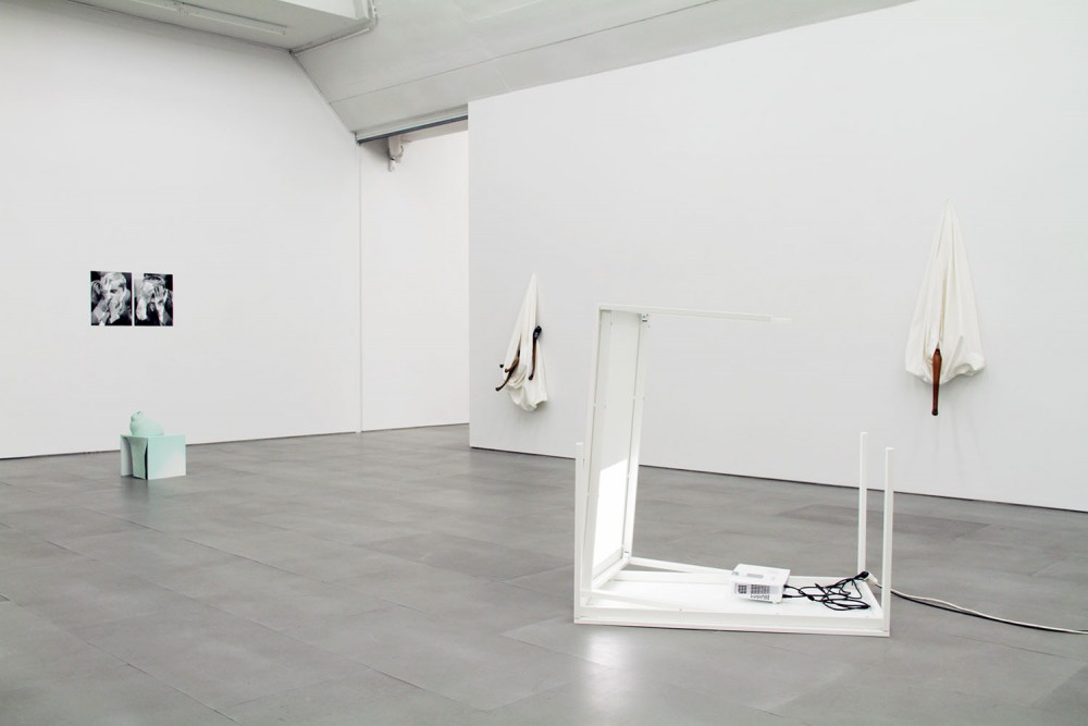Exhibition view fra I hear your voice reflected in a glass and it sounds like it is inside of me, 2015. Courtesy of the Artists & caroler | gebauer