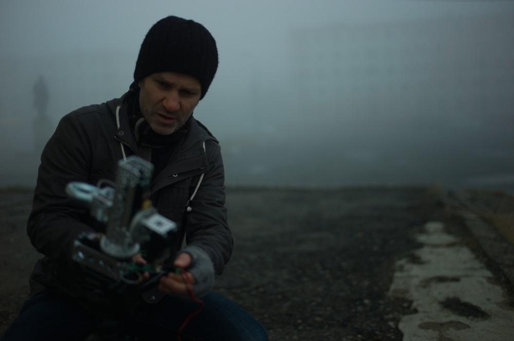 Kunstner HC Gilje i felten i Nikel med sitt Orbital-kamera. Foto: Nik Gaffney